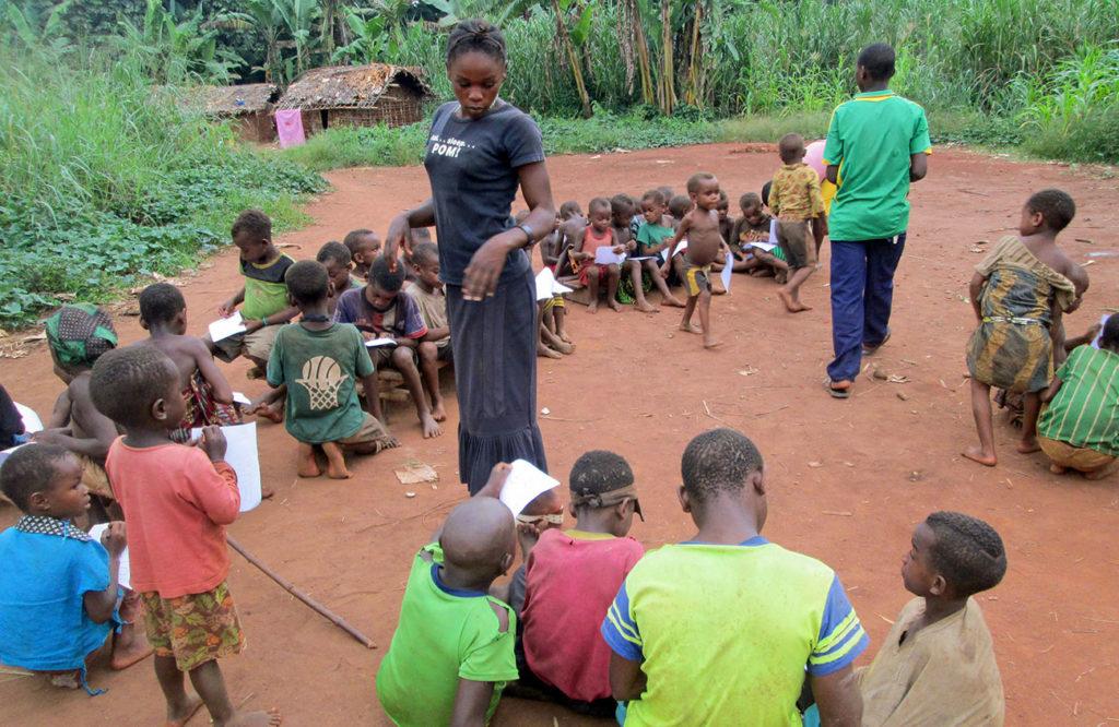 Bambini pigmei nella scuola di Bayenga